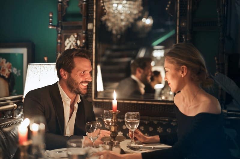ein romantisches Abendessen bei Kerzenschein eines liebenden Paares