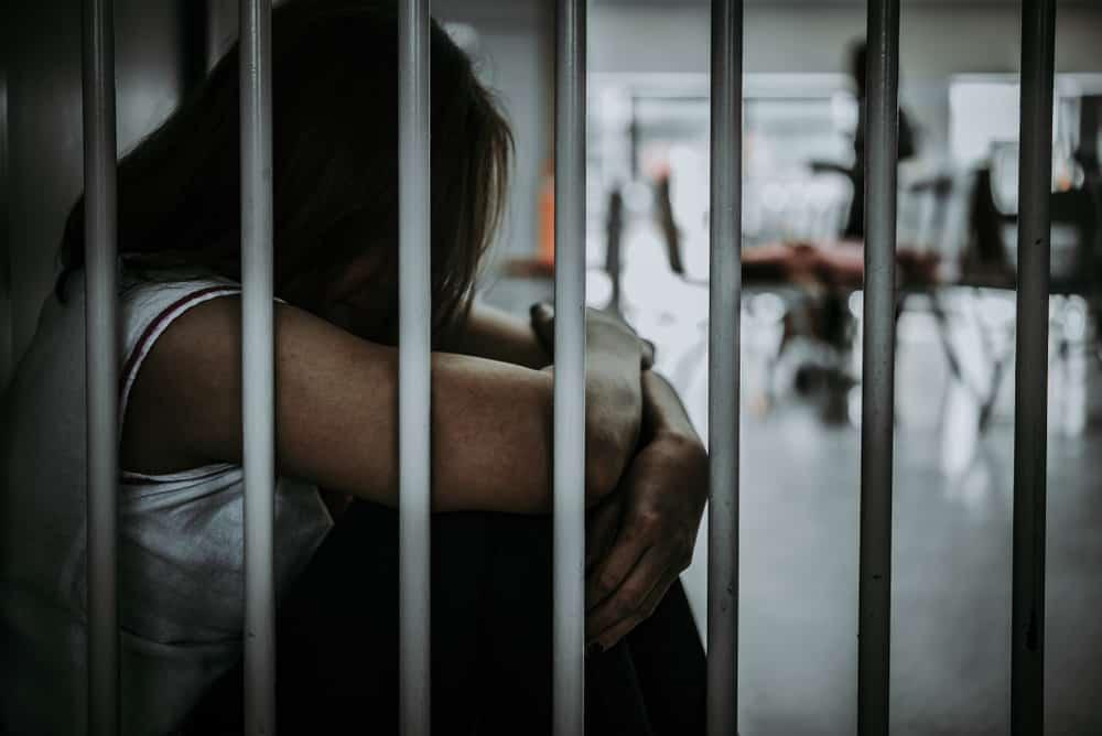 eine Frau im Gefängnis