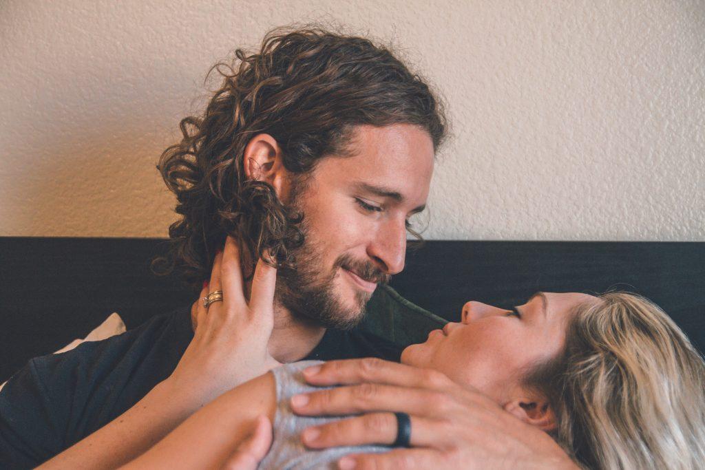 eine Frau in den Armen eines Mannes mit Bart