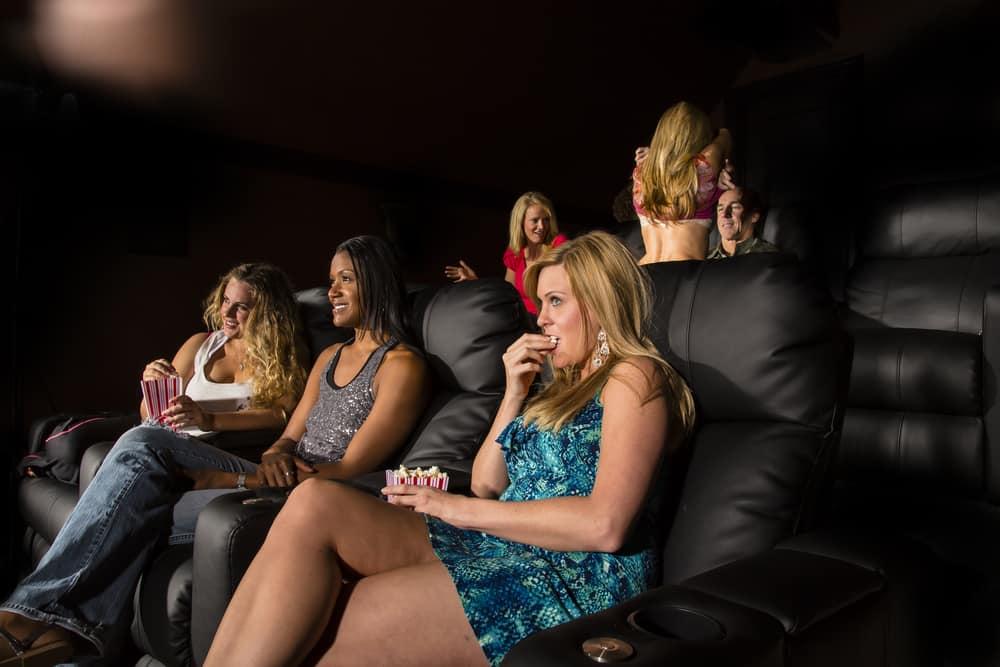 eine Gruppe von Menschen, die sich im Kino einen Pornofilm ansehen