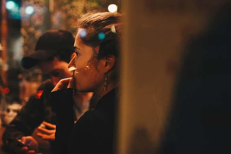 eine besorgte Frau, die in einem Café sitzt