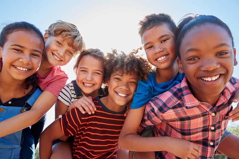 eine multinationale Gruppe lächelnder Kinder