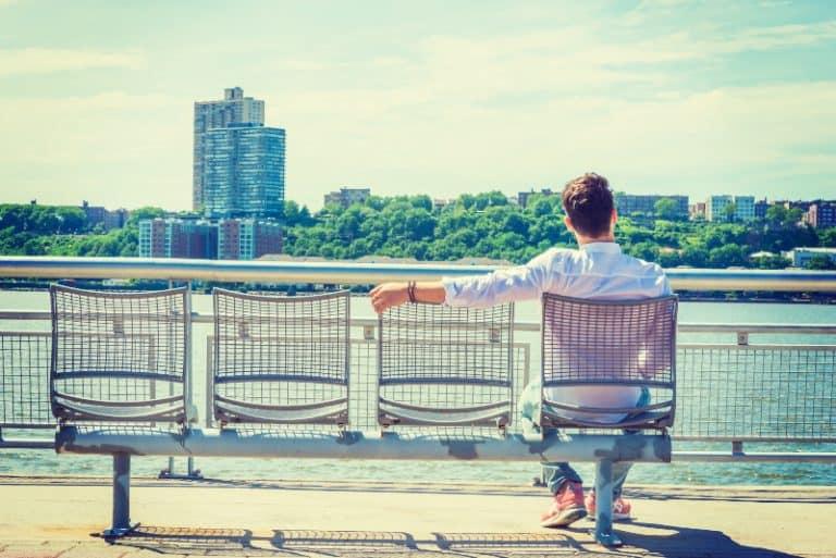 einsamer Mann auf der Suche nach Freundschaft