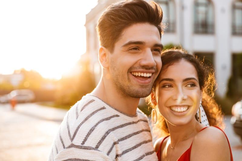 glückliches romantisches Paar auf der Straße