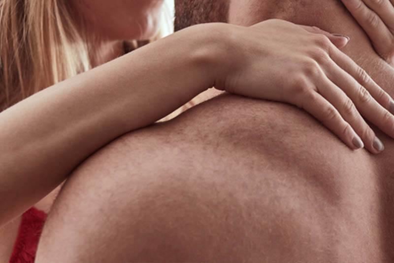 nacktes Liebespaar in einer Umarmung