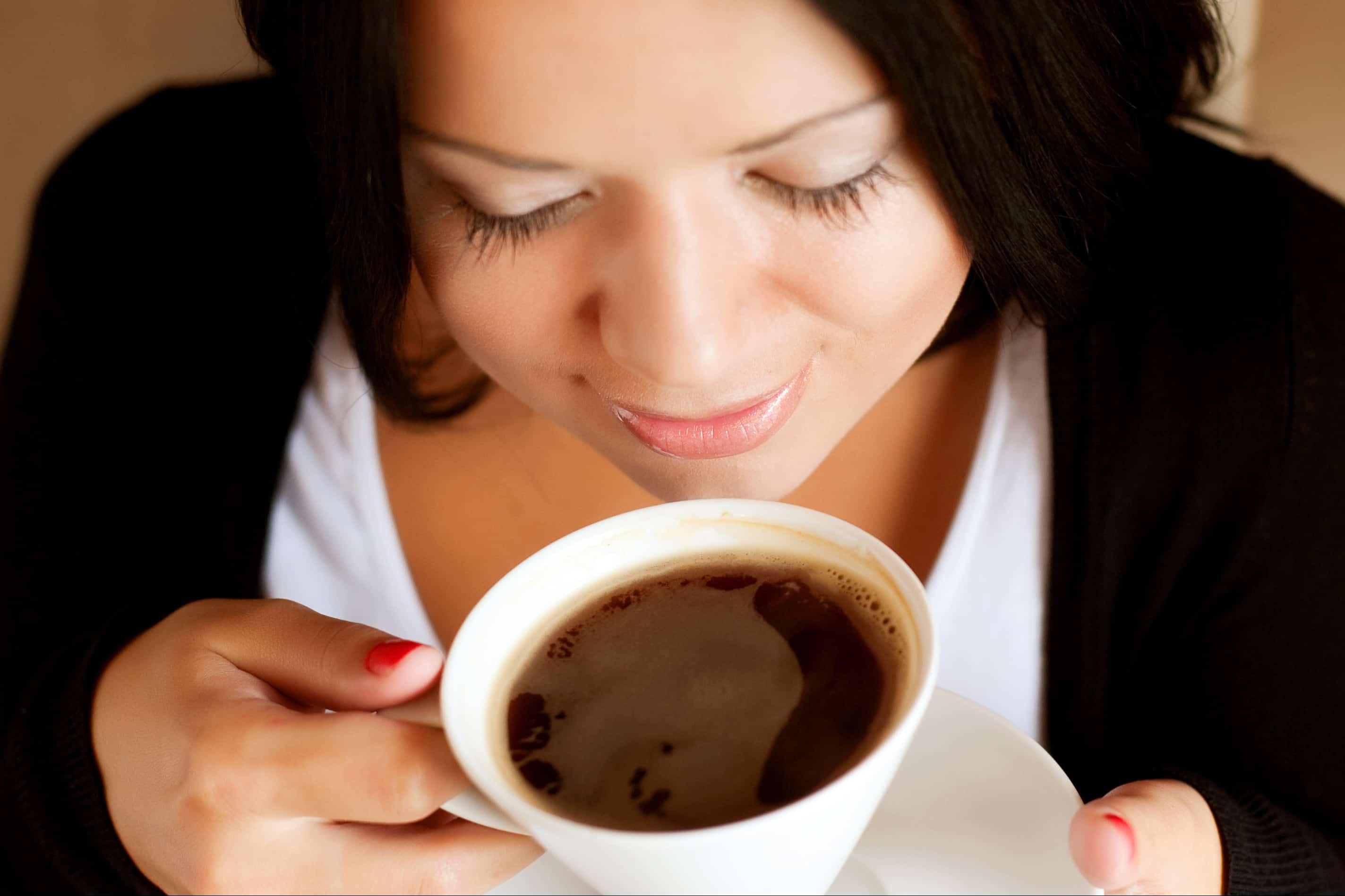 schöne Brünette trinkt Kaffee