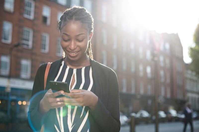 schwarze Frau SMS am Telefon