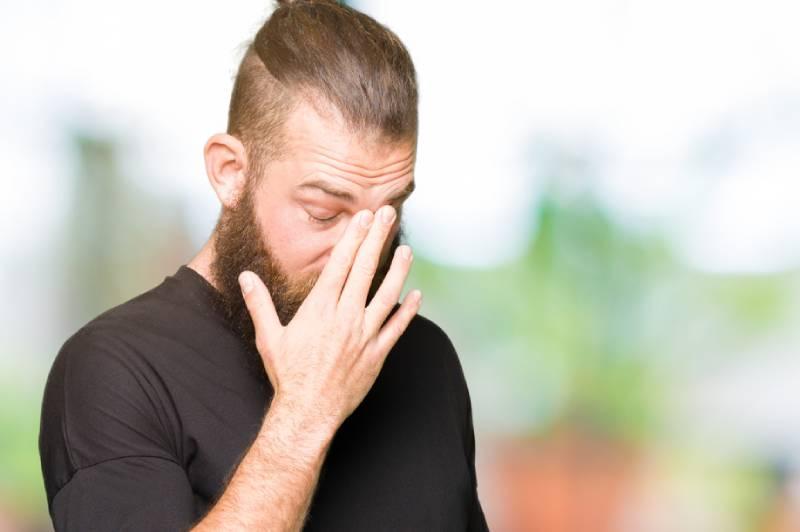 8 Zeichen, Dass Er Emotional Unsicher Ist (Denk Nicht Mal Daran, Mit Ihm Zusammen Zu Sein)