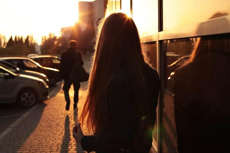 Das Mädchen sieht zu, wie der Mann von ihr weggeht