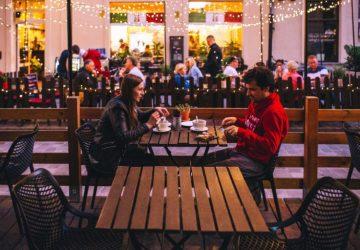 ein Paar sitzt in einem Restaurantgarten