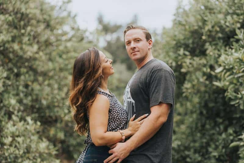 Mann und Frau umarmen sich tagsüber
