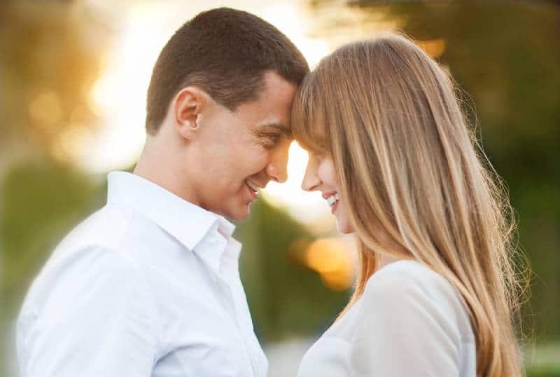 Paar lächelt und schaut sich draußen an