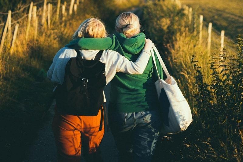Zwei Blondinen gehen in der Natur spazieren