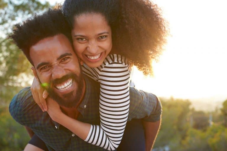 Zwei junge Afrikaner haben Spaß zusammen