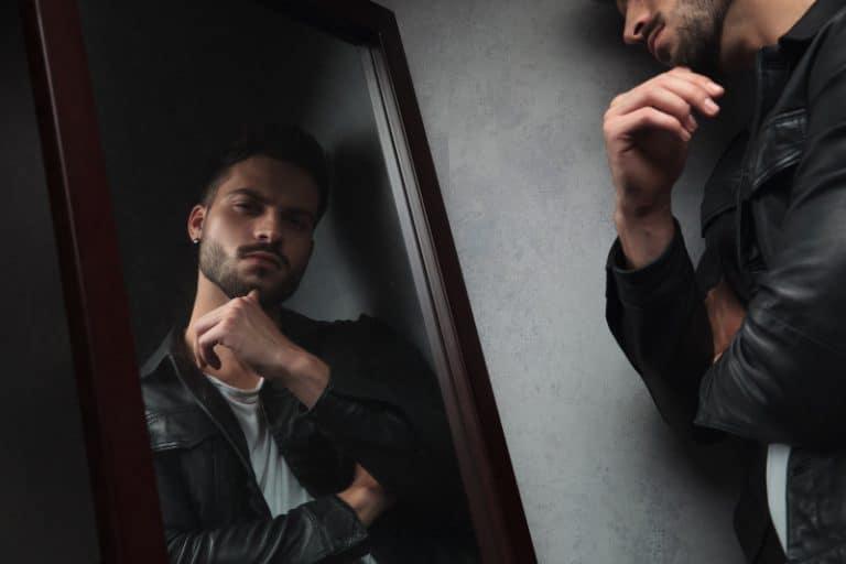ein Narzisst, der in den Spiegel schaut