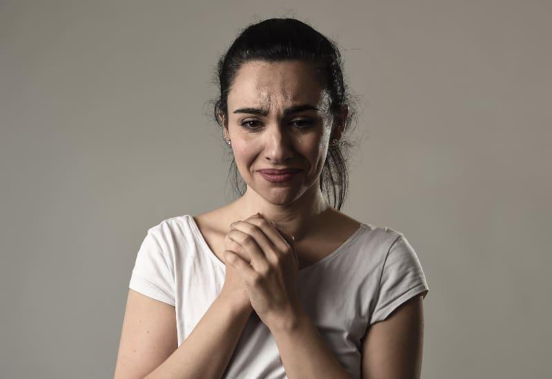 ein Porträt einer weinenden Frau
