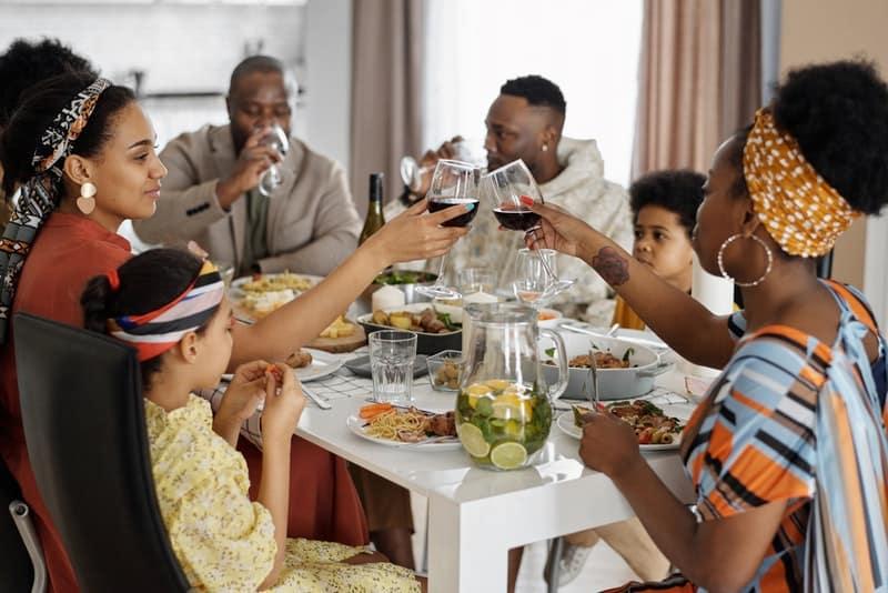 große Familie beim Mittagessen