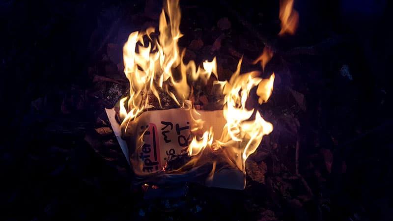 Brief brennt in der Dunkelheit