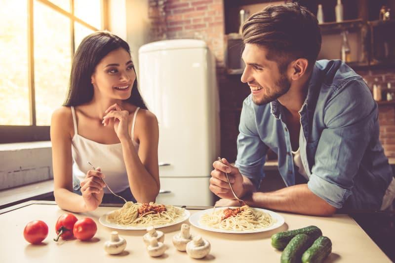 Das Paar bereitet gemeinsam das Abendessen vor