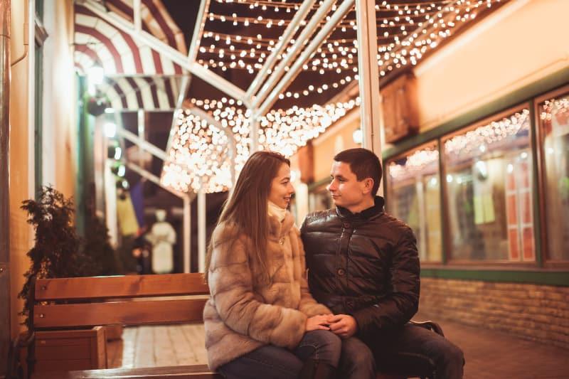 Das Paar genießt eine Weihnachtsidylle