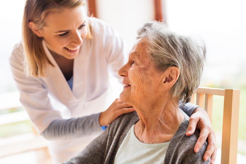 Die Krankenschwester kümmert sich um die alte Frau