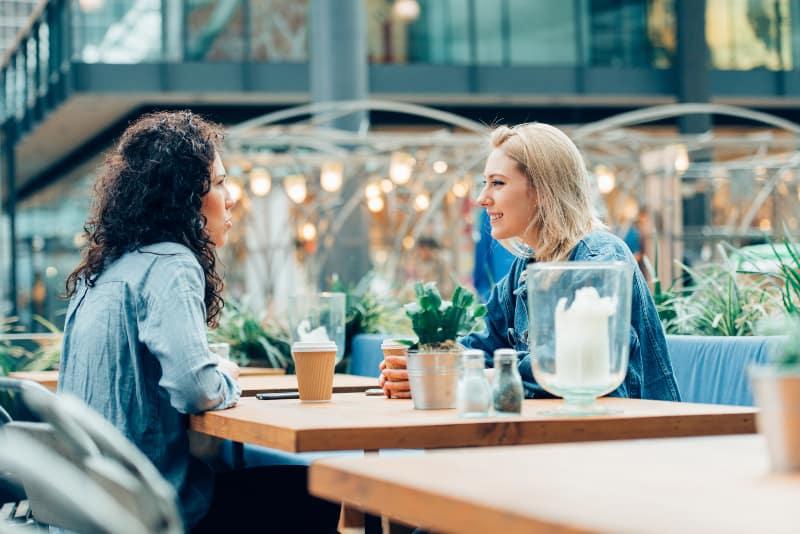 Die Mädchen beim Abendkaffee sitzen im Sommergarten