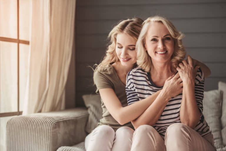 Die Tochter umarmt ihre Mutter dankbar, sie zu haben