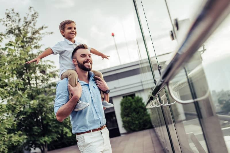 Ein Mann spielt mit einem Jungen