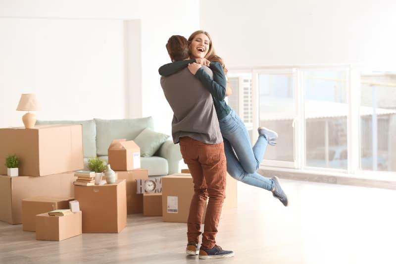 Ein Paar zieht in eine neue Wohnung