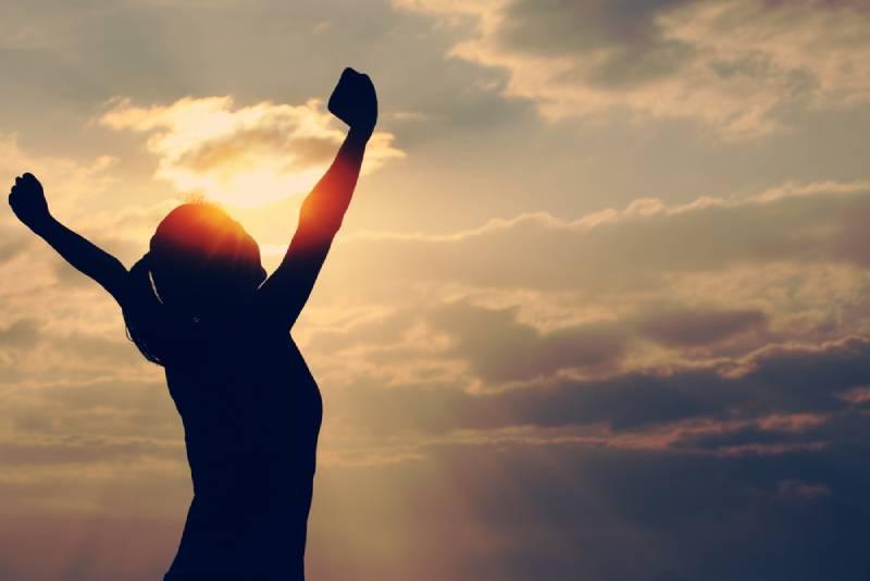 Frau mit erhobenen Händen, hohes Selbstbewusstsein