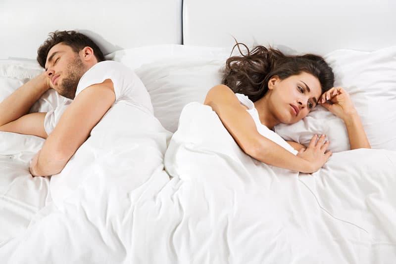 Frau und Mann liegen im Bett