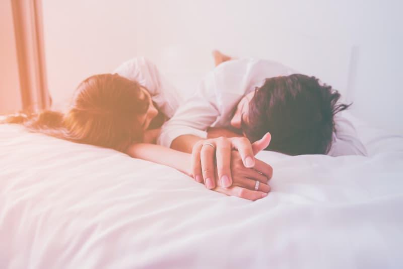Liebespaar im Bett
