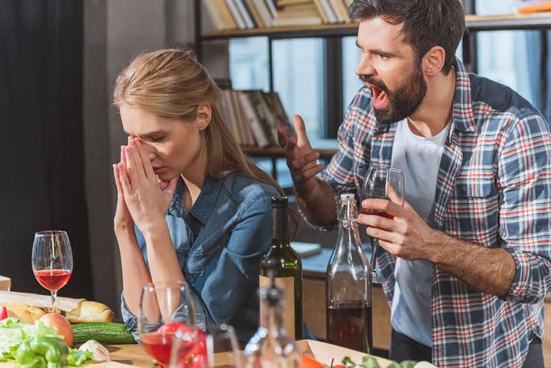 Mann schreit auf Mädchen in der Küche