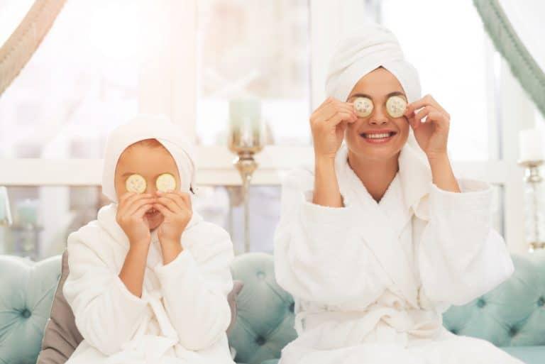 Mutter und Tochter in Bademänteln