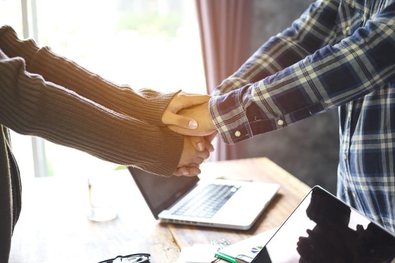 Paar bei der Arbeit Händchen haltend