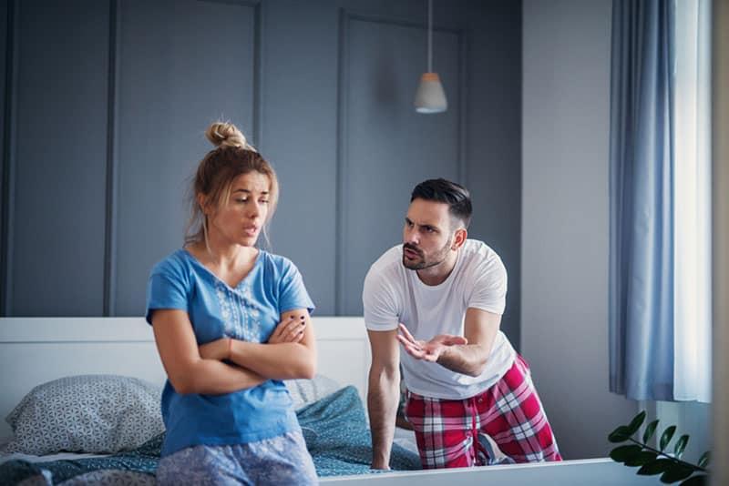 Paar streiten im Bett