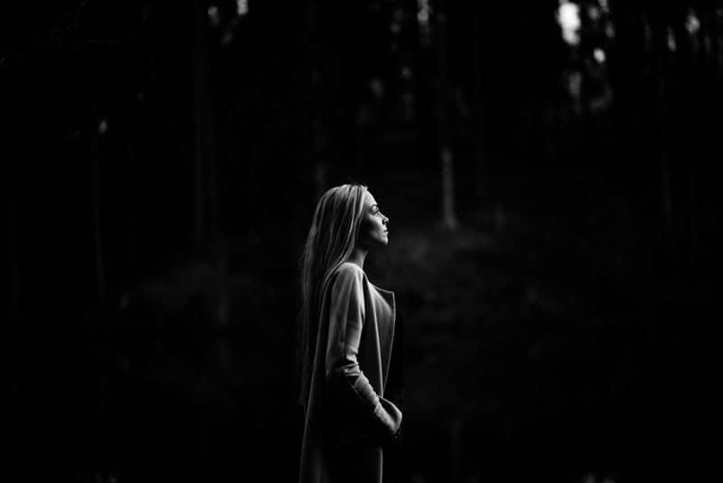Schwarzweiss-Bild einer blonden Frau in der Straße, die den Abstand untersucht