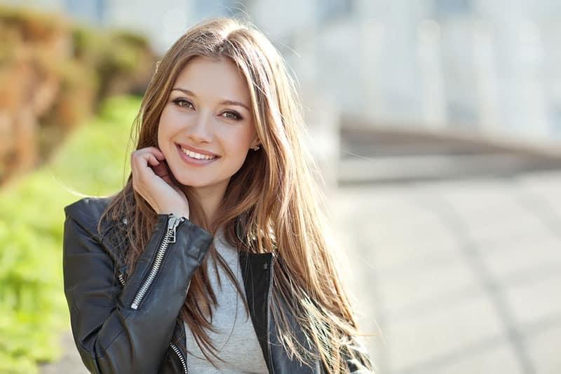 Porträt einer wunderschönen Frau lächelnd auf der Straße