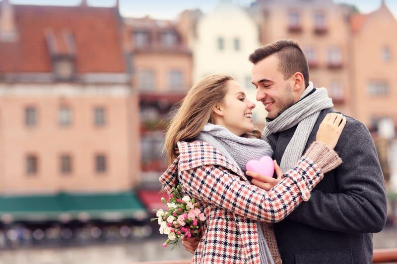 ein umarmtes Paar in der Stadt