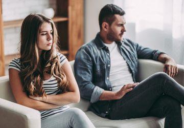 triste jeune couple assis sur le canapé ne se parle pas