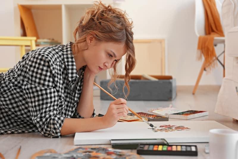 das Mädchen zeichnet das Bild