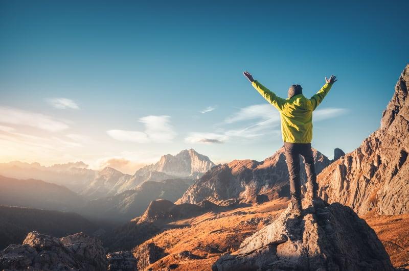 der Mann oben auf dem Berg