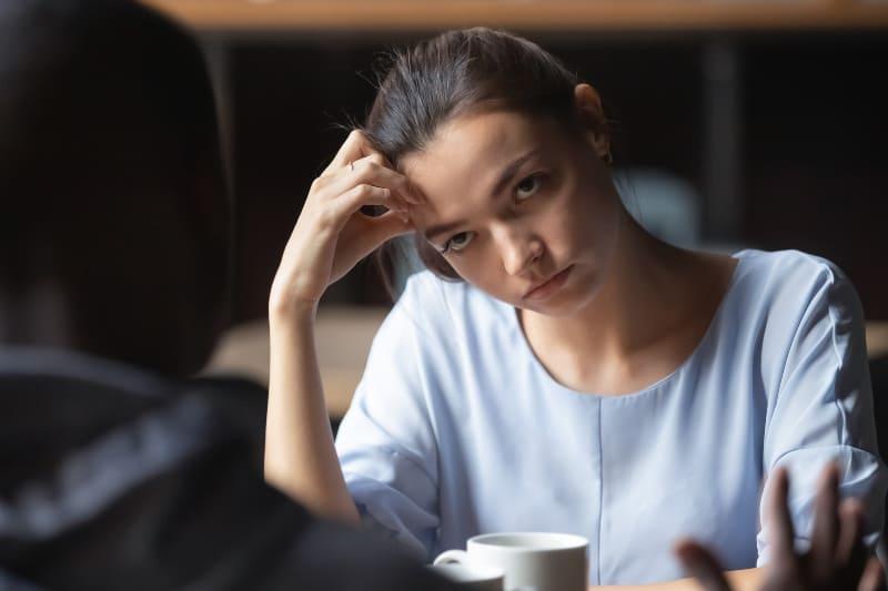 ein Mädchen, das sich in einer Besprechung langweilt