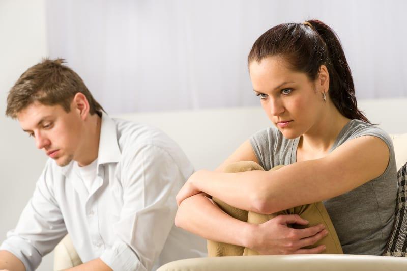 ein Mädchen, das wütend auf einen Mann ist