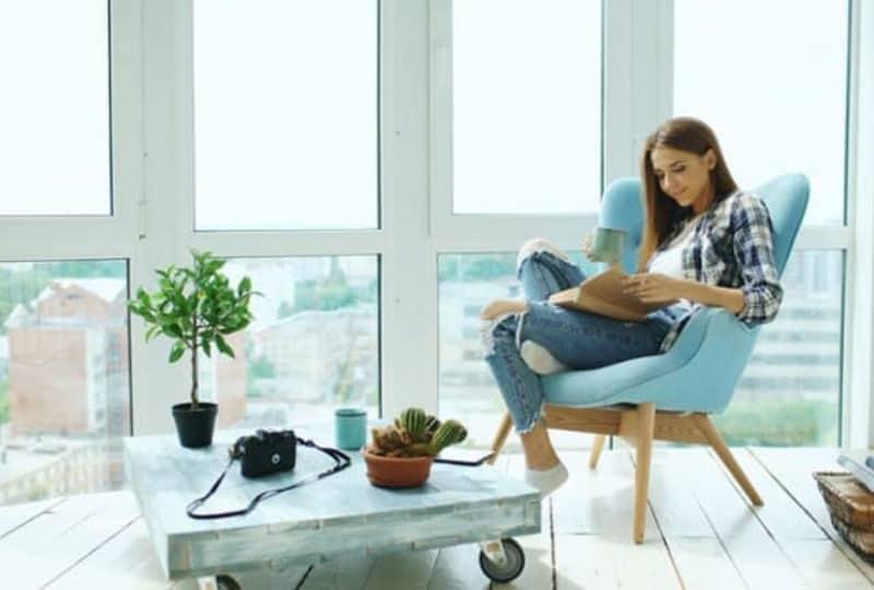 ein-Mädchen-das-in-einem-sonnigen-Raum-sitzt-und-ein-Buch-liest(1)