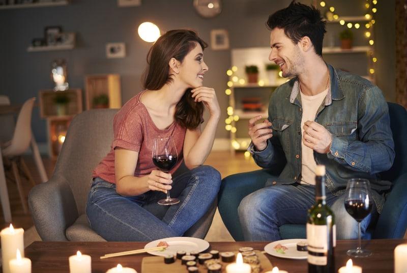 ein Paar zum Abendessen bei sich zu Hause