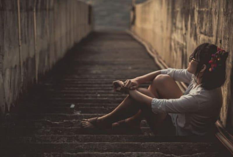 einsames-Mädchen-sitzt-auf-der-Treppe(1)