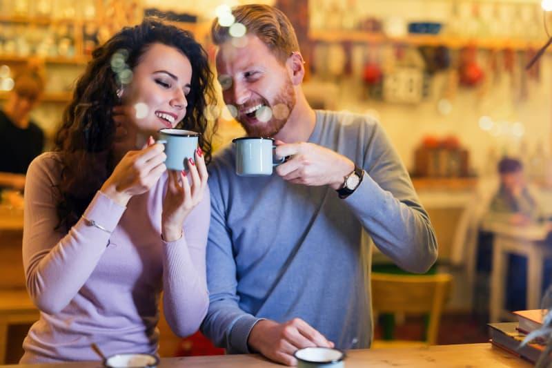 glückliches Paar, das Tee trinkt