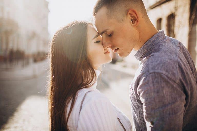glückliches Paar, das auf der Straße küsst