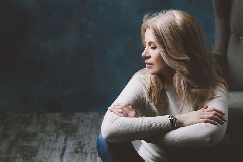 junge traurige blonde Frau